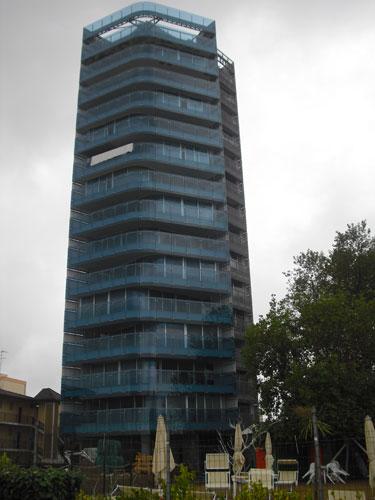 Mitis Srl§ Torre G-House - Jesolo Lido (Ve). Parapetti in vetro e rivestimenti in lamiera. Test effettuati: prove di carico.